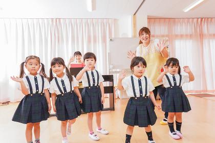 幼稚園で歌を歌う子どもたち
