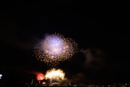 日本の夏祭りの美しい打上花火