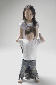 6歳のお姉ちゃんと縦に重なって立つ2才児