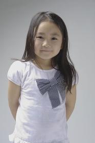 6歳の微笑む女の子上半身