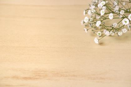 机に置かれたカスミソウの花束 4