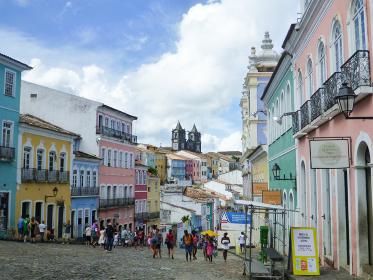 ブラジル・サルバドールにてペロウリーニョ広場付近のカラフルな建物と街並み