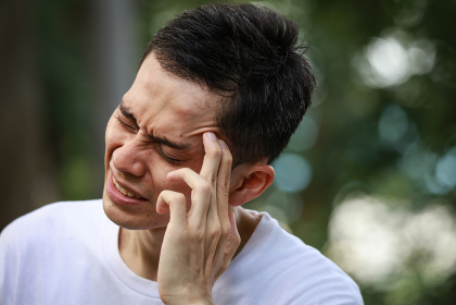 頭痛を感じる男性