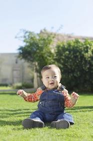 芝生で遊ぶ笑顔の赤ちゃん