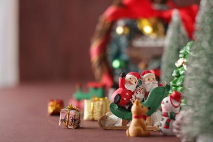 茶色の背景の中のサンタクロースと雑貨のクリスマスのイメージ
