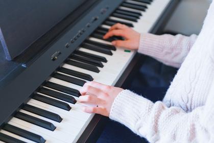外出を控え自宅でピアノを弾いて過ごす女の子【ウィズコロナのニューノーマル】