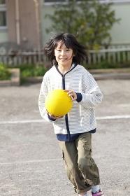 ドッジボールをする小学生女子