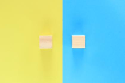 青と黄色の背景に積木が二つ 2