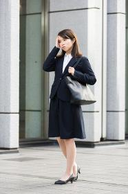 リクルートスーツ姿の女性