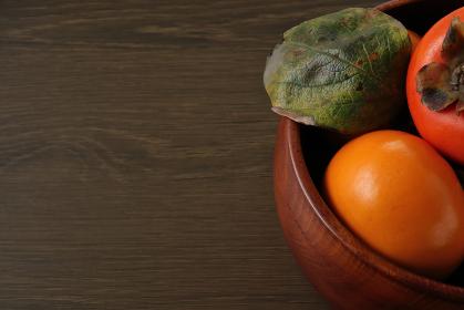 木製の深皿に盛られた柿 3