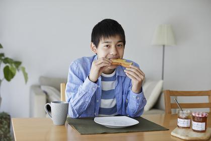 朝食を食べる10代の男の子