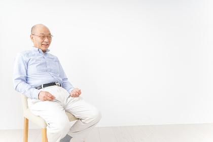 イスに座る高齢の男性