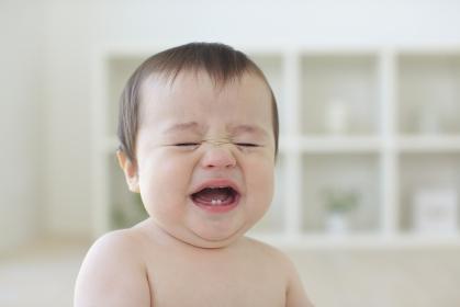 泣いているハーフの赤ちゃんのアップ