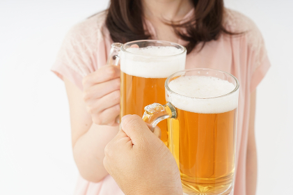 ビールを飲む若い女性