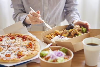 フードデリバリー食を食べる女性の手元