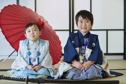 和傘と七五三の兄弟