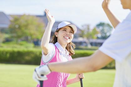 ゴルフ ハイタッチする日本人カップル