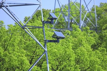 鉄塔に設置された太陽光発電パネル