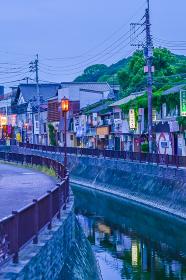 夜のレトロな折尾駅堀川運河沿いの飲食店街