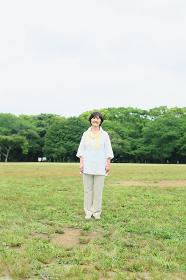広場にいる日本人のシニア女性