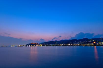若戸大橋と洞海湾を望む若松の街並みの夜景