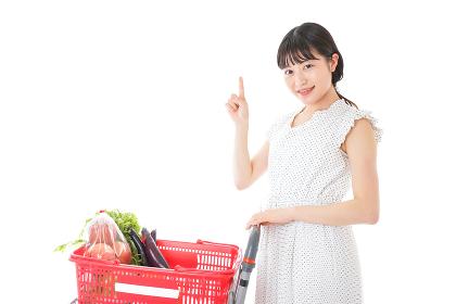 スーパーでポイントを指差す若い女性