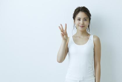 ハンドサインをする日本人女性