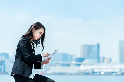 タブレットPCを使う女性・ビジネスイメージ