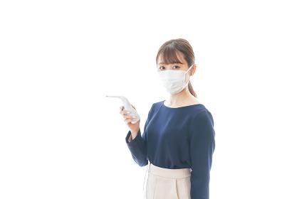 体温の測定をする若いビジネスウーマン