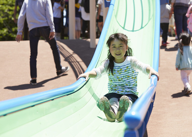 滑り台で遊ぶ日本人の女の子