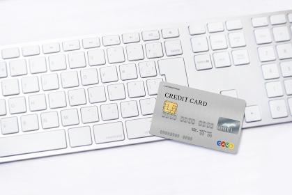 クレジットカードとキーボード_シルバー3780