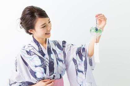 浴衣を着た女性 風鈴