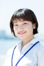 笑顔の女性(20代・ショートカット)