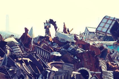 積み上げられた金属類の産業廃棄物