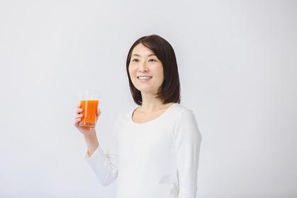 飲み物を持つ40代日本人女性
