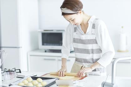 パン生地を伸ばす日本人女性