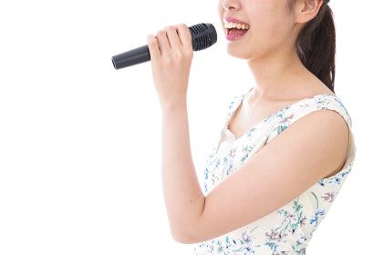 カラオケで歌う若い女性