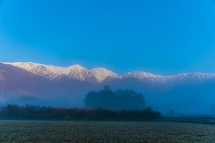 朝霧の白馬連峰
