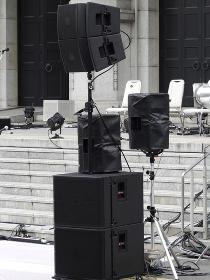 野外ライブコンサートの大型スピーカー