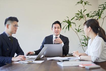 多国籍で会議をするビジネスパーソン