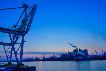 北九州工業地帯の工場と美しい夕焼け空