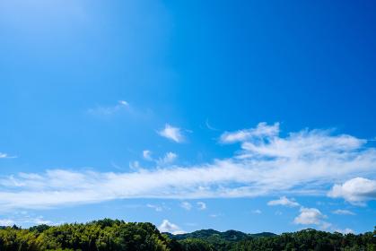 青空と山 初夏の空 背景素材 6月 コピースペース