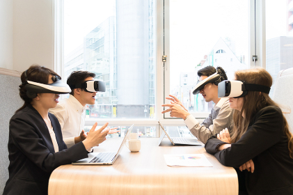 VRゴーグルを装着して仕事をする人々