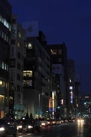 節電で暗い銀座の街