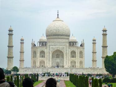 インド・アーグラにて総大理石でできた白亜の墓廟タージマハル