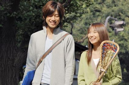 キャンパス内を一緒に歩く大学生