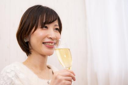 【東京都】クリスマスパーティーで乾杯する女性【2020】