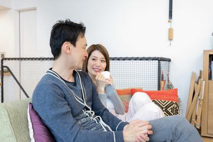 会話するカップル(夫婦・ライフスタイル・室内)