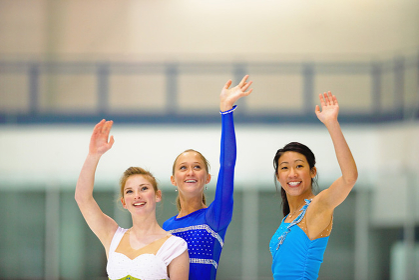 手を振るフィギュアスケートの女性達