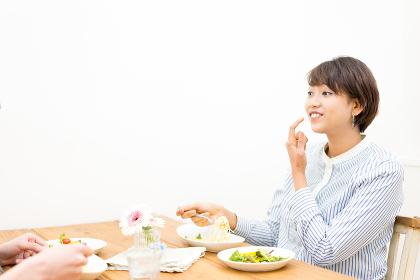 幸せなカップルの食事風景